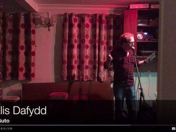 Elis Dafydd yn noson Bragdy'r Beirdd